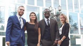 Ritratto della gente di affari felice sull'edificio per uffici moderno del fondo Movimento lento stock footage