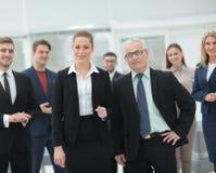Ritratto della gente di affari sorridente nell'ufficio moderno Fotografia Stock