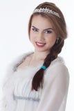 Ritratto della giovane donna adorabile che sorride alla macchina fotografica immagini stock libere da diritti