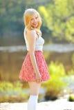 Ritratto della giovane donna adorabile nel parco di estate Fotografie Stock