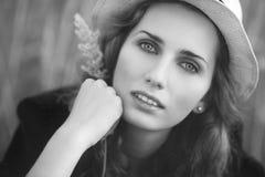 Ritratto della giovane donna all'aperto Fotografie Stock Libere da Diritti