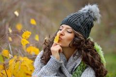 Ritratto della giovane donna all'aperto in autunno Fotografia Stock