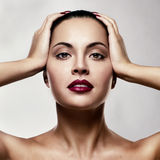 Ritratto della giovane donna attraente con trucco variopinto sul fronte fotografia stock libera da diritti