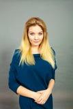 Ritratto della giovane donna bionda femminile Fotografie Stock Libere da Diritti