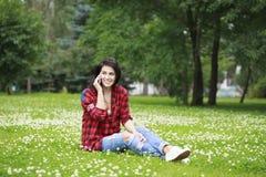 Ritratto della giovane donna castana sorridente caloria del bello caucasian Immagine Stock Libera da Diritti
