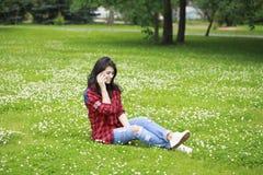 Ritratto della giovane donna castana sorridente caloria del bello caucasian Fotografia Stock