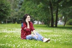 Ritratto della giovane donna castana sorridente caloria del bello caucasian Fotografie Stock