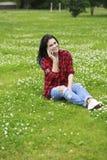 Ritratto della giovane donna castana sorridente caloria del bello caucasian Immagini Stock Libere da Diritti