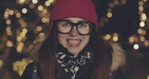 Ritratto della giovane donna caucasica sorridente attraente di etnia nell'ambiente urbano stock footage