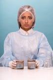 Ritratto della giovane donna che dura globalmente mentre Fotografie Stock