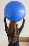 Ritratto della giovane donna che fa gli esercizi di terapia fisica Fotografia Stock Libera da Diritti