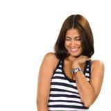 Ritratto della giovane donna che guarda a qualche cosa di divertente Immagini Stock Libere da Diritti