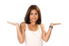 Ritratto della giovane donna che mostra il vostro prodotto con entrambe le mani Fotografia Stock