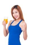 Ritratto della giovane donna che tiene vetro di succo d'arancia fotografie stock libere da diritti