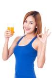 Ritratto della giovane donna che tiene vetro di succo d'arancia immagine stock libera da diritti