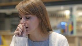 Ritratto della giovane donna che tossisce, infezione della gola archivi video