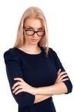Giovane donna che vi esamina sopra i vetri Fotografia Stock
