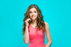 Ritratto della giovane donna con espressione facciale colpita immagini stock libere da diritti