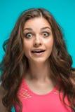 Ritratto della giovane donna con espressione facciale colpita fotografia stock libera da diritti