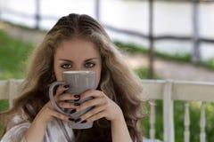 Ritratto della giovane donna con i bei occhi ed i capelli spessi lunghi Fotografia Stock Libera da Diritti