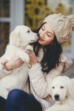 Ritratto della giovane donna con i cani favoriti immagine stock