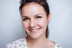 Ritratto della giovane donna con i ganci dentari naturali Fotografie Stock Libere da Diritti