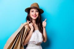 Ritratto della giovane donna con i sacchetti della spesa Immagini Stock