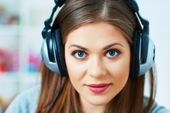 Ritratto della giovane donna con l'ascolto di musica delle cuffie Immagini Stock Libere da Diritti