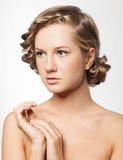 Ritratto della giovane donna con la pettinatura della treccia fotografia stock libera da diritti