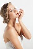 Ritratto della giovane donna con la pettinatura della treccia immagini stock libere da diritti