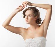 Ritratto della giovane donna con la pettinatura della treccia fotografie stock libere da diritti
