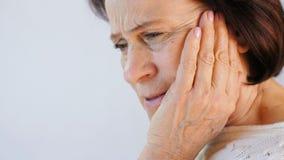 Ritratto della giovane donna con mal di denti archivi video