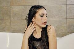 Ritratto della giovane donna con trucco spalmato sgocciolatura fotografia stock libera da diritti