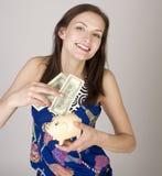 Ritratto della giovane donna di bellezza con il salvadanaio isolata Fotografia Stock Libera da Diritti