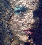 Ritratto della giovane donna di bellezza con la fine del pizzo su trucco sexy, concetto di mistero della gente di modo immagini stock libere da diritti