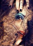 Ritratto della giovane donna di bellezza con la fine del pizzo sul mak di mistero fotografia stock
