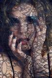 Ritratto della giovane donna di bellezza con la fine del pizzo sul mak di mistero fotografia stock libera da diritti
