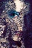 Ritratto della giovane donna di bellezza con la fine del pizzo sul mak di mistero fotografie stock libere da diritti