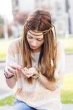 Ritratto della giovane donna di hippy che gioca con le margherite. Fotografia Stock