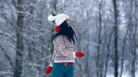 Ritratto della giovane donna di inverno Bellezza Girl di modello allegro che ride e che si diverte nel parco di inverno Bella gio video d archivio