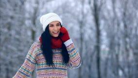 Ritratto della giovane donna di inverno Bellezza Girl di modello allegro che ride e che si diverte nel parco di inverno Bella gio stock footage