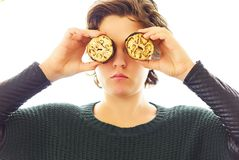 Ritratto della giovane donna divertendosi che fa le cose divertenti con le verdure e la carne immagine stock