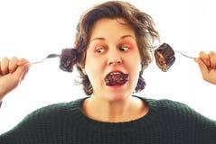 Ritratto della giovane donna divertendosi che fa le cose divertenti con le verdure e la carne Fotografie Stock Libere da Diritti