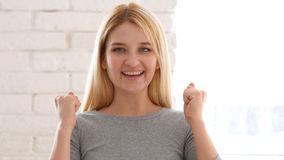 Ritratto della giovane donna felice che celebra successo immagini stock
