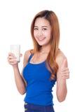 Ritratto della giovane donna felice che tiene bicchiere di latte immagine stock libera da diritti