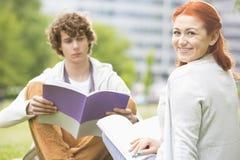 Ritratto della giovane donna felice con l'amico maschio che studia alla città universitaria dell'istituto universitario Fotografia Stock Libera da Diritti