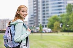Ritratto della giovane donna felice con lo zaino alla città universitaria dell'istituto universitario Immagini Stock