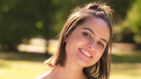 Ritratto della giovane donna felice nel parco di estate archivi video