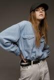 Ritratto della giovane donna felice, posando nella camicia del tralicco e nel je bianco Fotografia Stock