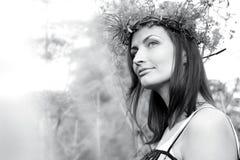 Ritratto della giovane donna graziosa nel campo con alta erba Fotografie Stock Libere da Diritti
